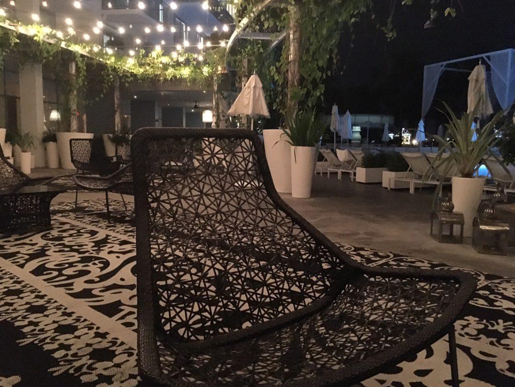 Am Abend beleuchtet: der Außenbereich mit Cocktailbar