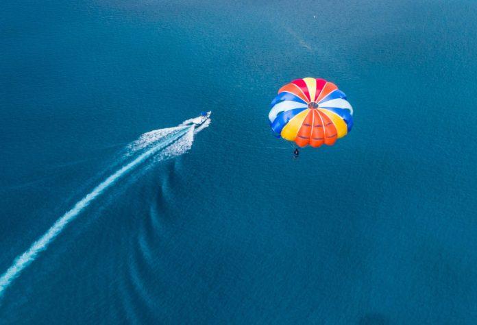 4000 Meilen für ein Fallschirmsprung. Photo by Ishan @seefromthesky on Unsplash