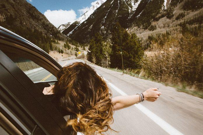2.000 Meilen für einen Mietwagen. Photo by averie woodard on Unsplash