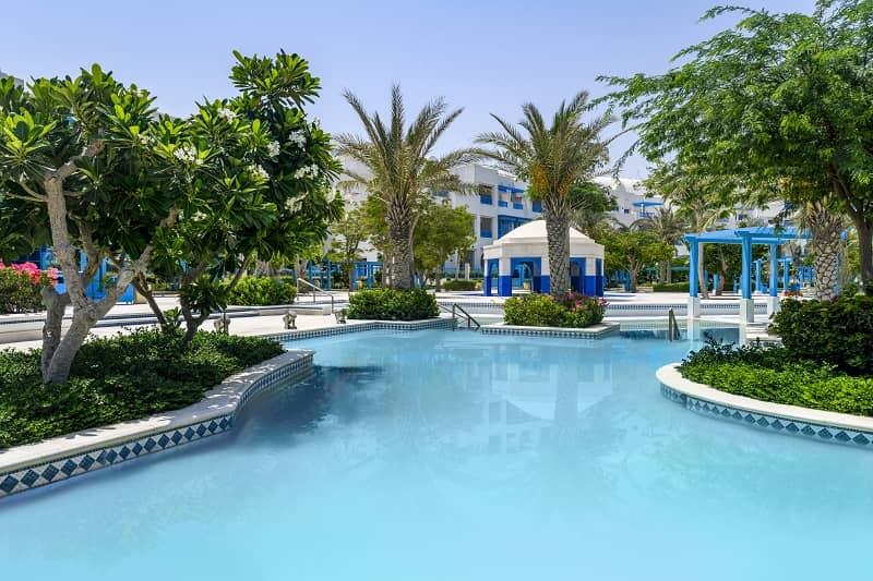 Die Poollandschaft im Hilton Salwa Beach Resort in Qatar